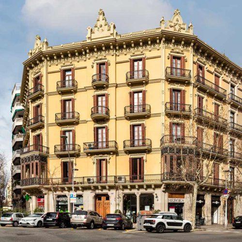 Rehabilitación de fachada principal en chaflán, obra del arquitecto Pedro Bassegoda de 1901 por Silvia Farriol y Anna Soler.