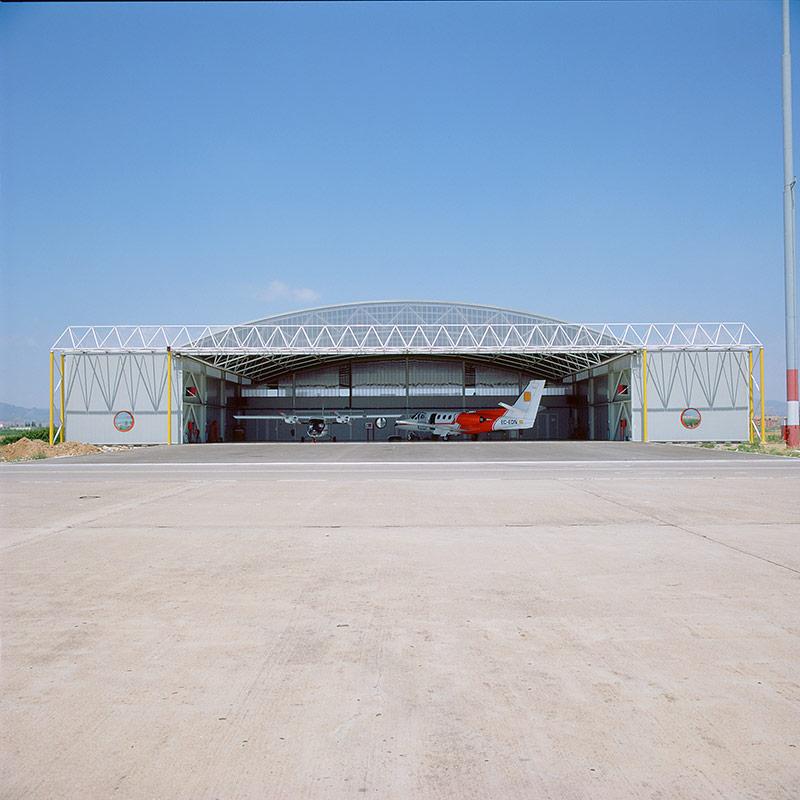 Hangar de aviones, aeropuerto prat (barcelona) por Silvia Farriol y Anna Soler