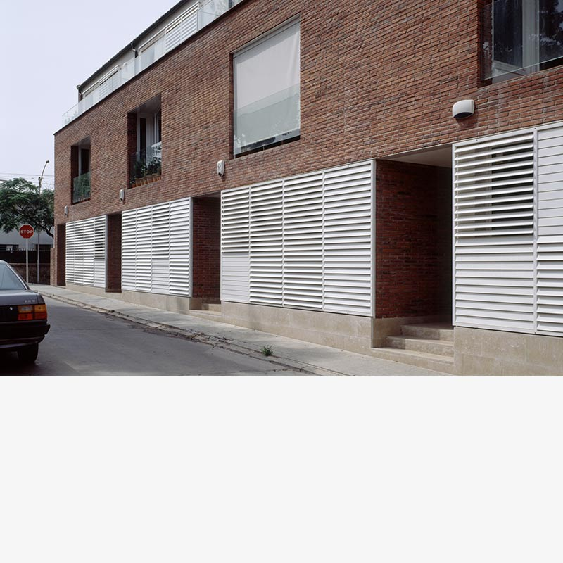 6 viviendas de promoción privada en hilera. Superfície útil: 300 m2/vivienda en Sant Just Desvern (Barcelona) por Silvia Farriol y Anna Soler